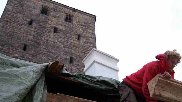 Z rekonstrukce hradu Kost.