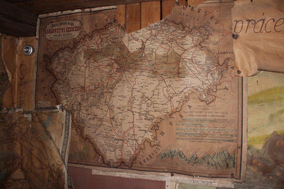 Kyje - V rámci rekonstrukce roubené školy došlo k odhalení vzácných materiálů z doby Marie Terezie - mapy, učební pomůcky, knihy, modlitební knihy