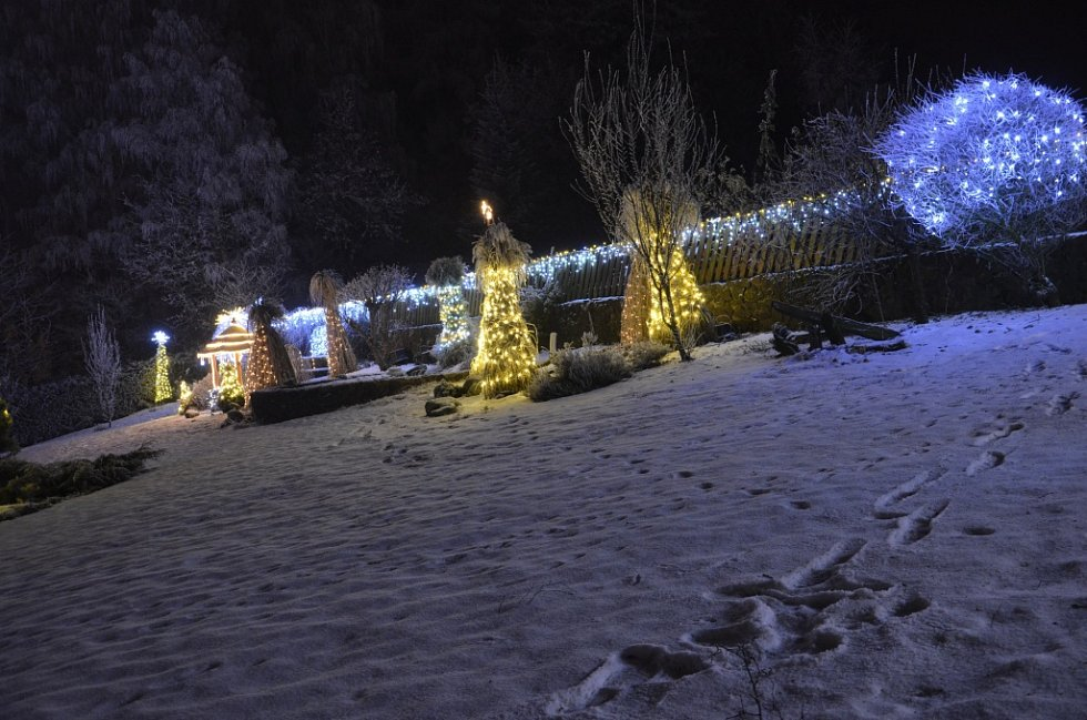 Vánočně osvětlená zahrada Masákových v Nové Pace.