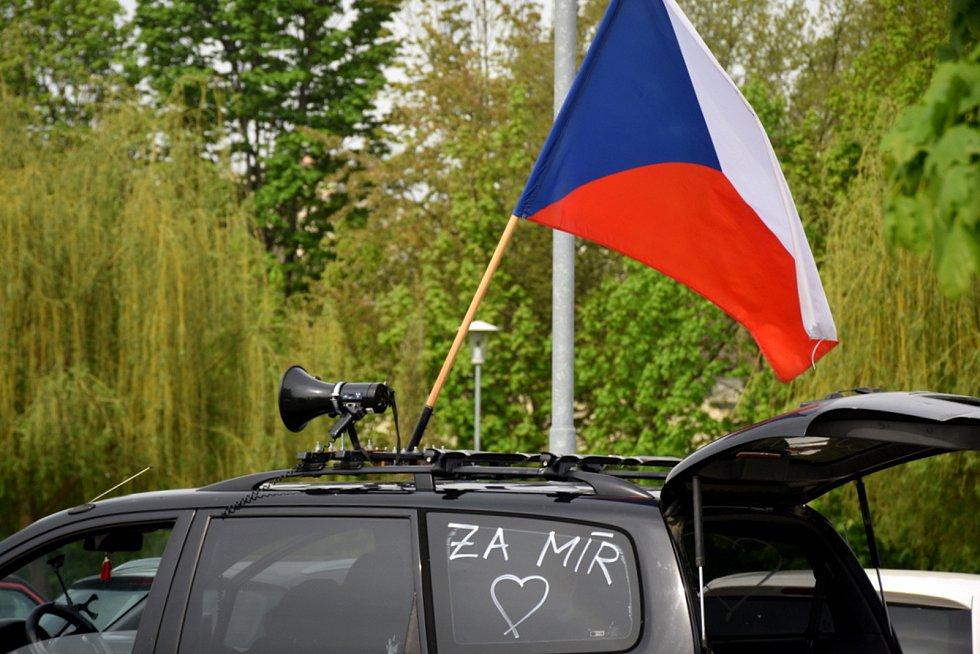 Příznivce Volného bylo možné poznat podle hlasitého troubení a státních vlajek na autech.