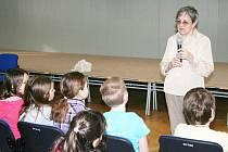 Spisovatelka Eva Bernardinová na návštěvě mezi školáčky.