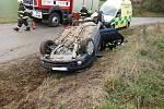 Řidičce, která u Jeřic obrátila svůj vůz na střechu, jeli na pomoc hasiči z Hořic.