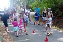Součástí dětské olympiády bylo i fotbalové stanoviště, kde účastníci absolvovali slalom mezi kužely a následně stříleli na branku.
