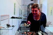 Průvodkyně muzea Jana Kořínková ukazuje část nálezů z jičínského náměstí.