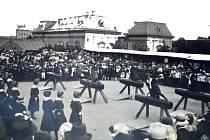 Novopacké ženy při veřejném cvičení, rok 1912.