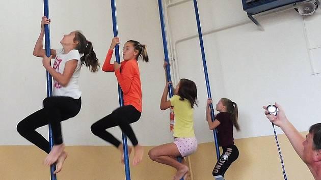 Závody ve šplhu o tyči a na laně si mohou vyzkoušet děti i dospělí.