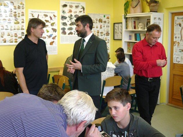 V místní základní škole slavnostně otevřeli novou učebnu pro přírodovědné předměty.
