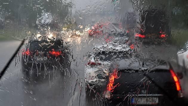 """Popis fotky: Bouřka - Bouřka se silným přívalovým deštěm. Ilustrační foto<body xmlns=""""http://newsml.ctk.cz/ns/ctkxhtml.xsd""""><p>    Praha - V jihozápadní polovině Čech se vyskytuje vydatný déšť. Více prší také na jihozápadě Vysočiny a na Znojemsku, kde v p"""