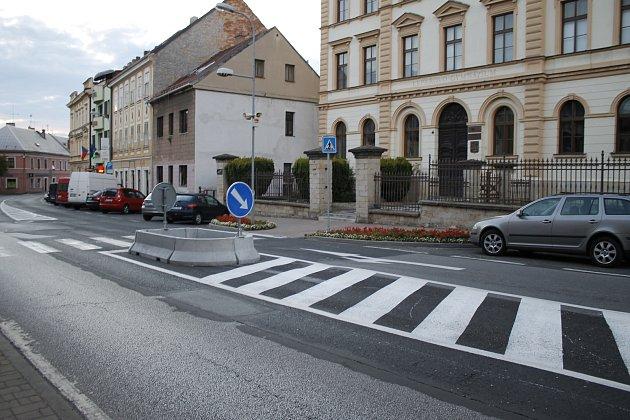 Město nechalo pro vyšší bezpečnost chodců odstranit odbočovací pruh ugymnázia.
