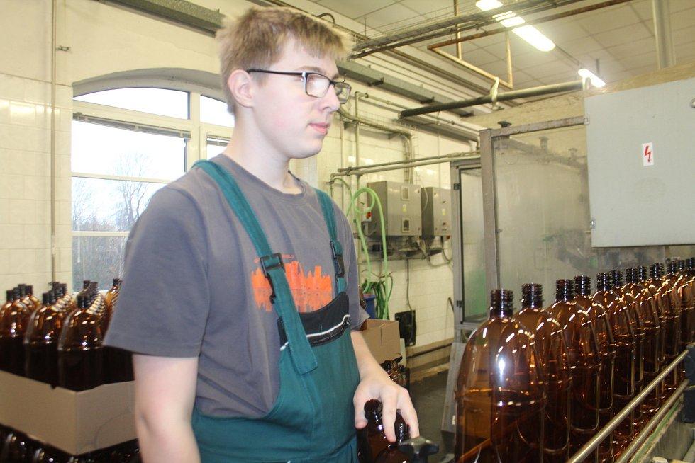 Ve Střední škole gastronomie a služeb Nová Paka otevřeli od září nový obor pivovarnictví a sladovnictví. Učni tráví týden ve škole a další týden na praxi v pivovaru.