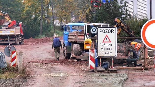 Z budování kanalizace na Pecce.