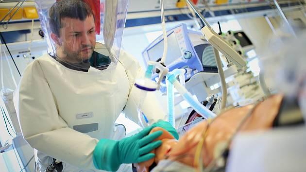 Lékaři a zdravotníci z těchonínské nemocnice proškolují své kolegy napříč republikou.