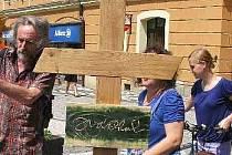 Kříž na hrob Josefa Váchala před jeho instalováním.