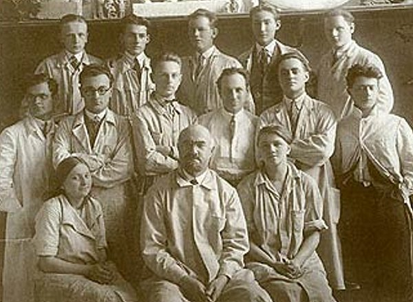 Josef Drahoňovský se svými studenty, rok 1929.