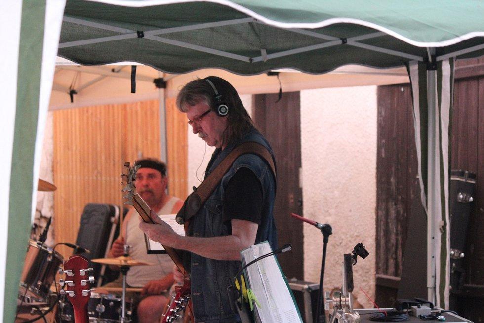 Dvorek u Voka patřil večer harmonikářce Lucii Evě a jičínské kapele The Others.