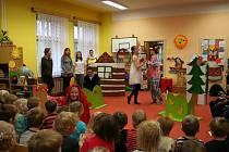Divadelní představení studentů Hořického gymnázia v MŠ na Habru.
