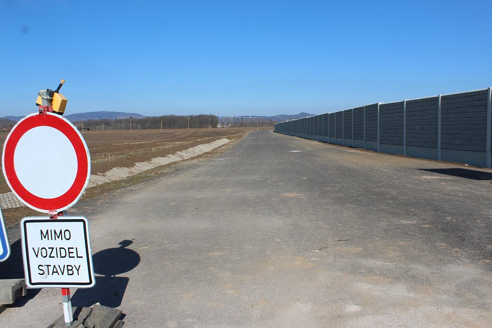 Severovýchodní obchvat Jičína vyvede mimo město především tranzitní dopravu, která nyní přetěžuje ulice vcentru. Nová komunikace v délce 3,5 kilometru za více než dvě stě milionů má být hotová v květnu.