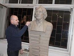 Albert Králíček vytvořil sochu Petra Hapky.