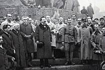 První vláda Československé republiky vítá v listopadu 1918 první legionáře, zleva ministři dr. Šrobár, Jíří Stříbrný, Fr. Staněk, dr. Kramář, V. Klofáč, za ním pluk. Husák.