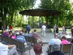 Bělohradská kapela Javorka koncertovala v hradeckých Jiráskových sadech.