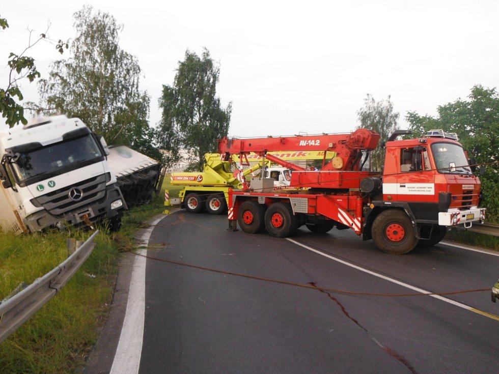 Dopravní nehoda nákladního automobilu uzavřela na několik hodin silnici u Hořic.