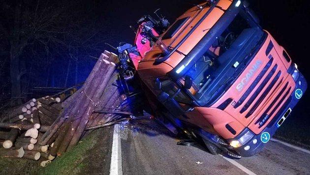 Dřevo převážilo návěs nákladního auta.
