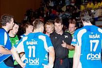 Při time outu v závěru utkání uděloval Petr Babák svým svěřencům jasné pokyny.