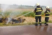 Požár suché trávy u Hořic.