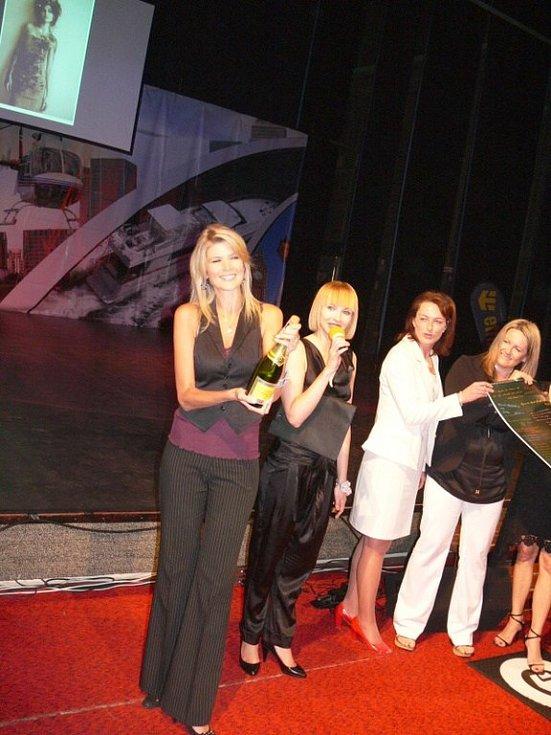 Ivana Lutovská při křtu kalendáře Dívky roku 2009.