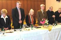 Ze zahájení schůze členů Konfederace politických vězňů v Nové Pace r. 2009 - společná modlitba.