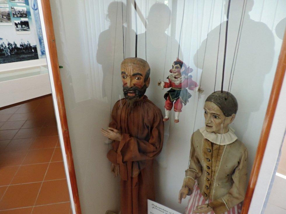 Loutky, které byly ukradeny z miletínského muzea.