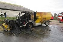 Požár v pondělí zničil krmný stroj v Bystřici. Škoda je jeden a půl milionu korun.
