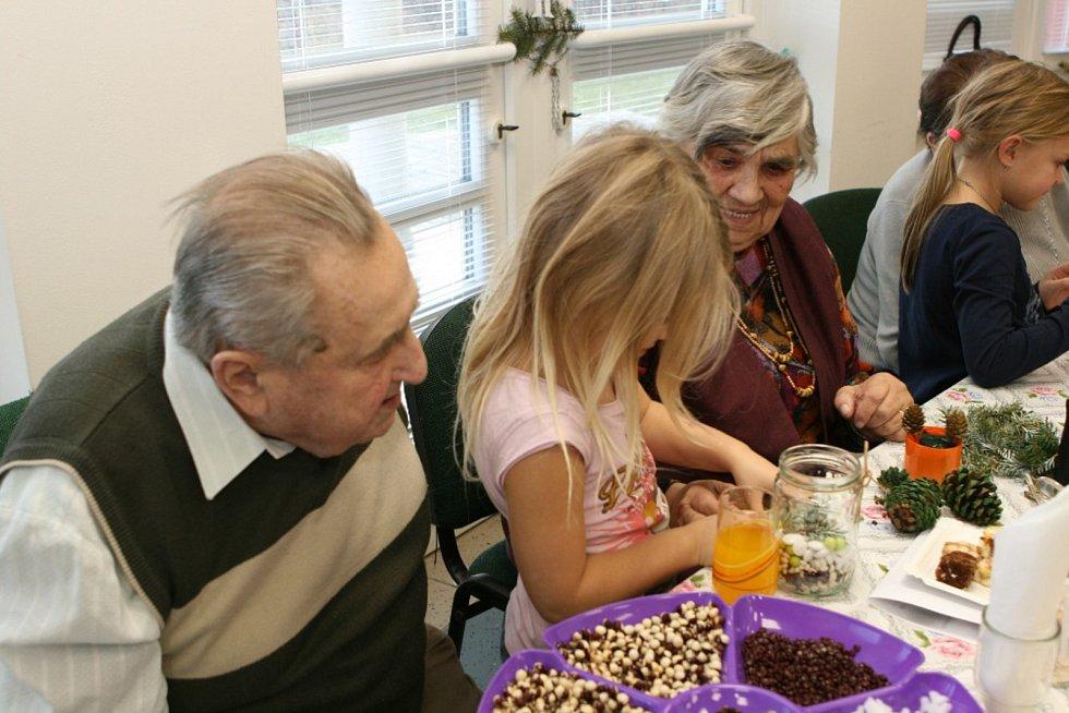 Fotografie prokazující spolupráci dětí z mateřské školy a babiček a dědečků z Domu s pečovatelskou službou v Sobotce. Děti chodí přednášet a zpívat do DPS, děti chodí vyrábět spolu s babičkami ( v DPS), babičky chodí do MŠ dětem číst.