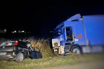 Z dosud neznámých důvodů vjela řidička Fiatu do protisměru a čelně se střetla s kamionem.