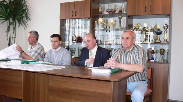 Na jednání byli přítomni zleva Vladimír Janda, Ondřej Bodlák, Martin Puš a Zdeněk Žurek.