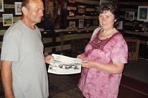 Jiří Qido Valter s pětitisící návštěvnicí Galerie Na Špejcharu.
