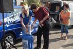 Soutěžní kupony na výhru automobilu vkládali soutěžící s nadějí na výhru do připravené sběrné nádoby.