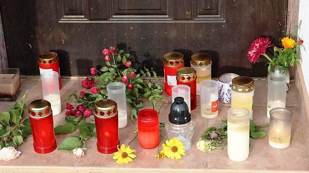 Svíčky na místě tragické události