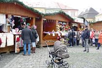Adventní městečko na jičínském náměstí.