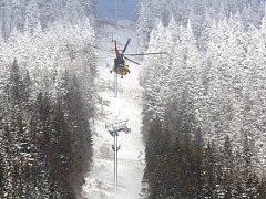 Osazování  hlavice sloupu v dolním úseku lanové dráhy. Na malém snímku je nová čtyřmístná kabinka, kterými bude lanovka vybavena. První turisté by se jimi mohli na Sněžku svézt na jaře roku 2014.
