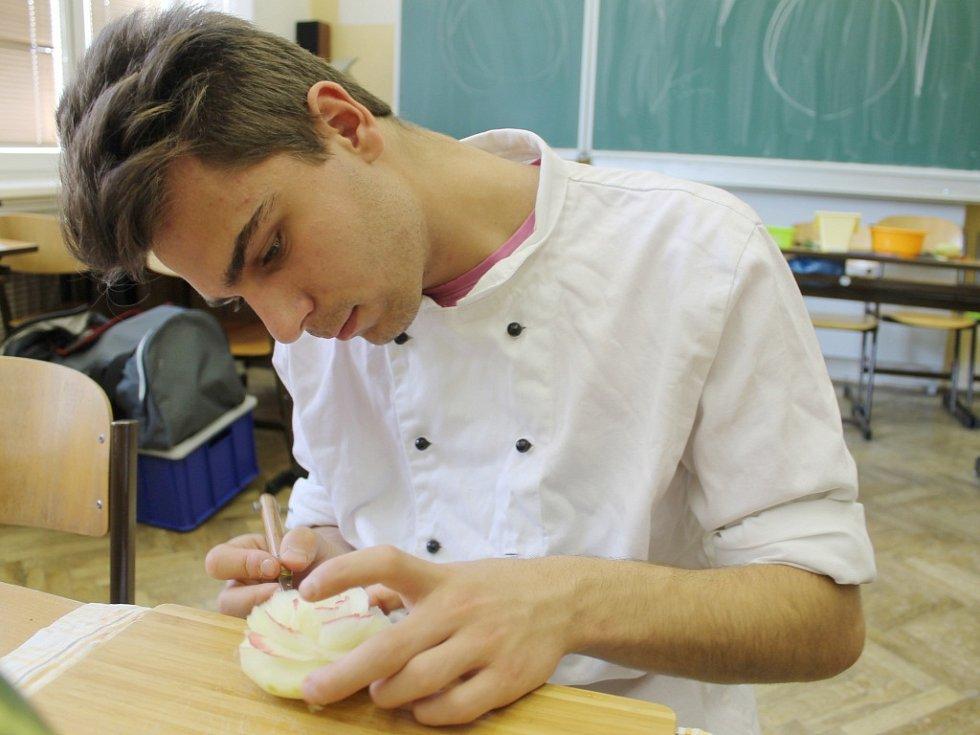 Řezání ovoce a zeleniny v novopacké SŠGS.