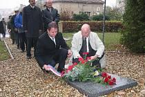 Jičínský starosta Martin Puš se starostou slovenského Martina u památníku na Čeřovce.
