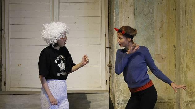 Na workshopu v Lodžii se herci tento týden pod dohledem Simony Babčákové zdokonalují v improvizaci.