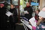V Nové Pace si lidé zazpívali na Masarykově náměstí před Střední školou gastronomie a služeb s vokální skupinou Belle mama.