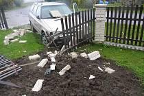 Řidička vlivem nepřiměřené rychlosti, při průjezdu levotočivé zatáčky v obci Březina, vjela mimo komunikaci, kde přední částí automobilu narazila do oplocení domu.