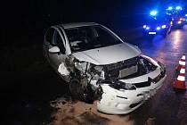 Do jízdy se řidiči postavil sloup elektrického vedení. Po nehodě se ocitl v péči záchranářů.