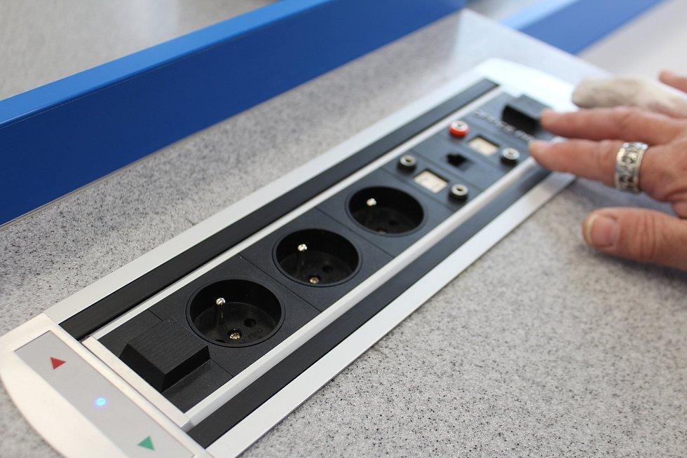 Zásuvky jsou výsuvné a ovládané z katedry. Učitel je může odhalit, když jsou třeba a na zbytek hodiny mohou být schované před nenechavými prsty dětí.