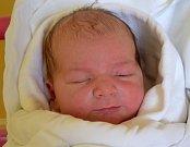 ADAM GRÁF se narodil 5. srpna rodičům Martině a Kamilovi Gráfovým. Po porodu měřil 52 cm a vážil 3,80 kg. Šťastná rodina bydlí v Hořicích.