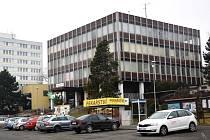 Bývalá stavba OV KSČ v ulici 17. listopadu v Jičíně půjde k zemi, zůstane po ní jen skelet.