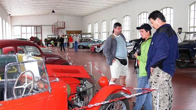Z výstavy automobilů.